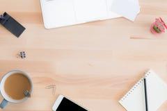Table de bureau avec le bloc-notes, l'ordinateur, le crayon et les cartes de visite professionnelle de visite Photos libres de droits