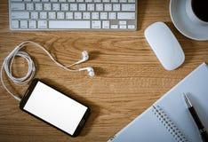 Table de bureau avec le bloc-notes, ordinateur, tasse de café, souris d'ordinateur Image libre de droits