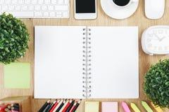 Table de bureau avec le bloc-notes vide Photos libres de droits