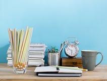 Table de bureau avec le bloc-notes vide, lieu de travail dans la chambre Créatif  Images stock