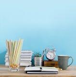 Table de bureau avec le bloc-notes vide, lieu de travail dans la chambre Créatif  Image libre de droits