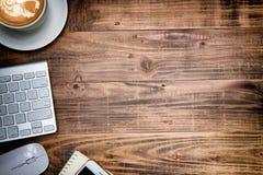 Table de bureau avec le carnet, clavier d'ordinateur, souris, tasse de cof Image stock
