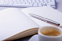 Table de bureau avec le carnet, clavier d'ordinateur, tasse de café, PC de comprimé Copiez l'espace photographie stock