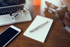 Table de bureau avec le carnet et l'ordinateur portable vides Photographie stock libre de droits