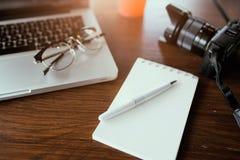 Table de bureau avec le carnet et l'ordinateur portable vides Image libre de droits