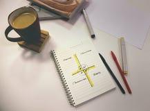 Table de bureau avec le carnet et stationnaire Photo stock