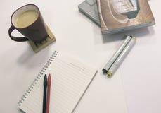 Table de bureau avec le carnet et stationnaire Image libre de droits