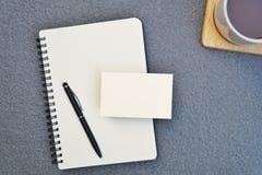 Table de bureau avec le carnet et stylo avec la carte vierge, l'espace de copie de page pour le texte Images libres de droits