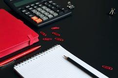Table de bureau avec le carnet, la calculatrice, le stylo et le crayon Images libres de droits