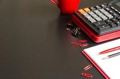Table de bureau avec le carnet, la calculatrice, le stylo et le crayon Image stock