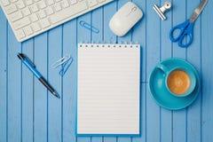 Table de bureau avec le carnet, la tasse de café et le clavier d'ordinateur Concept de lieu de travail ou d'espace de travail d'a Photo libre de droits