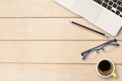 Table de bureau avec le clavier, le carnet, le stylo et la tasse de café Photographie stock libre de droits