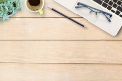 Table de bureau avec le clavier, le carnet, le stylo et la tasse de café Images libres de droits