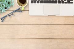 Table de bureau avec le clavier, le carnet, le stylo et la tasse de café Photographie stock