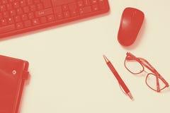 Table de bureau avec le clavier, carnet, stylo, lunettes sur le fond blanc Concept de bureau de maquette de bureau duotone de cor photographie stock libre de droits