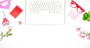 Table de bureau avec le clavier, carnet, stylo, tasse de café Image libre de droits