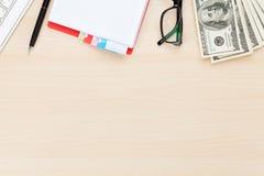 Table de bureau avec le PC, les approvisionnements et l'argent liquide d'argent image libre de droits