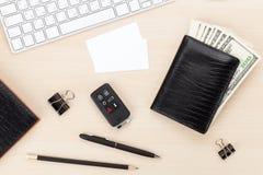Table de bureau avec le PC, les approvisionnements, les cartes de visite professionnelle de visite et l'argent liquide d'argent Images stock