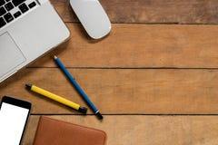 Table de bureau avec le smartphone d'écran vide Images stock