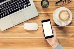 Table de bureau avec le smartphone d'écran vide Photos libres de droits