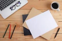 Table de bureau avec le smartphone, stylo sur le carnet, tasse de café et fleur Vue supérieure avec l'espace de copie Image stock