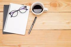 Table de bureau avec le smartphone, stylo sur le carnet, tasse de coffe Photo libre de droits