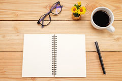 Table de bureau avec le smartphone, stylo sur le carnet, tasse de coffe Image stock