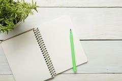 Table de bureau avec les approvisionnements et le papier crumled Vue supérieure Copiez l'espace pour le texte Photographie stock