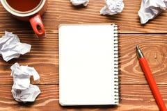 Table de bureau avec les approvisionnements et le papier crumled Vue supérieure Copiez l'espace pour le texte Photos stock
