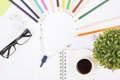 Table de bureau avec les articles colorés Photographie stock libre de droits