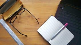 Table de bureau avec les verres, l'ordinateur portable, le carnet et la règle Photos libres de droits