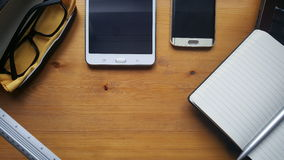 Table de bureau avec les verres, l'ordinateur portable, le téléphone, le comprimé, le carnet et la règle Photographie stock libre de droits