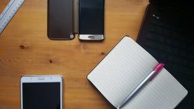 Table de bureau avec les verres, l'ordinateur portable, le téléphone, le comprimé, le carnet et la règle Image libre de droits