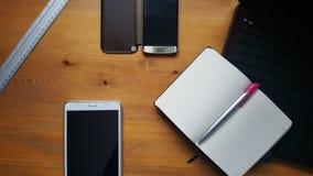 Table de bureau avec les verres, l'ordinateur portable, le téléphone, le comprimé, le carnet et la règle Photographie stock