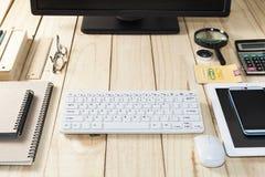 Table de bureau d'affaires, travaillant au Tableau en bois avec l'ordinateur, intelligent Image libre de droits