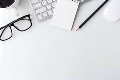 Table de bureau de bureau blanc moderne avec l'ordinateur portable d'ordinateur, noteboo Image libre de droits