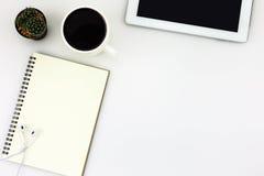 Table de bureau de bureau blanc moderne avec le comprimé, une tasse de café, Photo stock