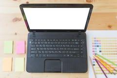 table de bureau de concepteur avec l'ordinateur, la note collante et la couleur Photos libres de droits