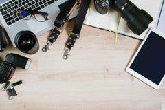 Table de bureau de photographie avec l'ordinateur, le comprimé, les approvisionnements et l'appareil-photo Vue supérieure avec l' Images stock