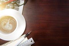 Table de bureau de vintage de hippie avec l'ordinateur portable, smartphone, oeil g Images libres de droits