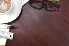Table de bureau de vintage de hippie avec l'ordinateur portable, smartphone, oeil g Images stock