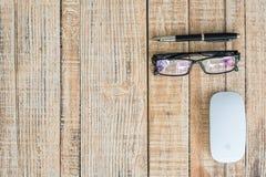 Table de bureau de vue supérieure avec le clavier, le verre, le stylo et la souris Image stock