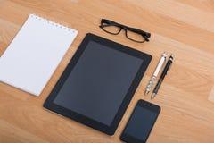 Table de bureau de vue supérieure avec le téléphone portable Image stock