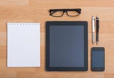 Table de bureau de vue supérieure avec le téléphone portable Photographie stock libre de droits