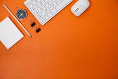 Table de bureau de lieu de travail d'affaires et objets d'affaires de Image stock
