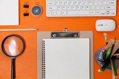 Table de bureau de lieu de travail d'affaires et objets d'affaires de Photo stock