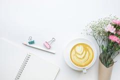 Table de bureau de siège social avec le bloc-notes, bouquet de fleur Images stock