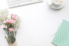 Table de bureau de siège social avec le bloc-notes, bouquet de fleur, ordinateur Photo libre de droits