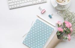 Table de bureau de siège social avec le bloc-notes, fleur Photo stock