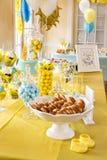 Table de célébration de fête de naissance avec un bon nombre de festins photographie stock